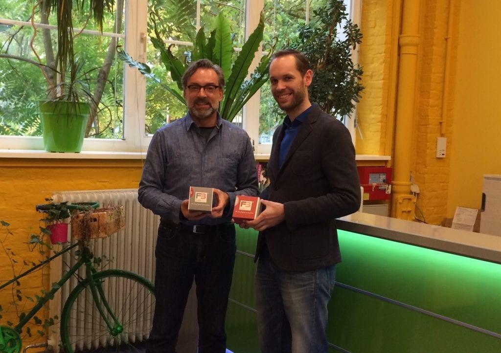 Thomas Wehrs (links) und Betriebsstättenleiter Reinickendorf Johannes Wiedenhus (rechts).